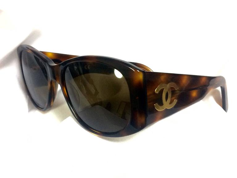 Vintage CHANEL brown frame sunglasses with large CC charms at sides. Classic. 2