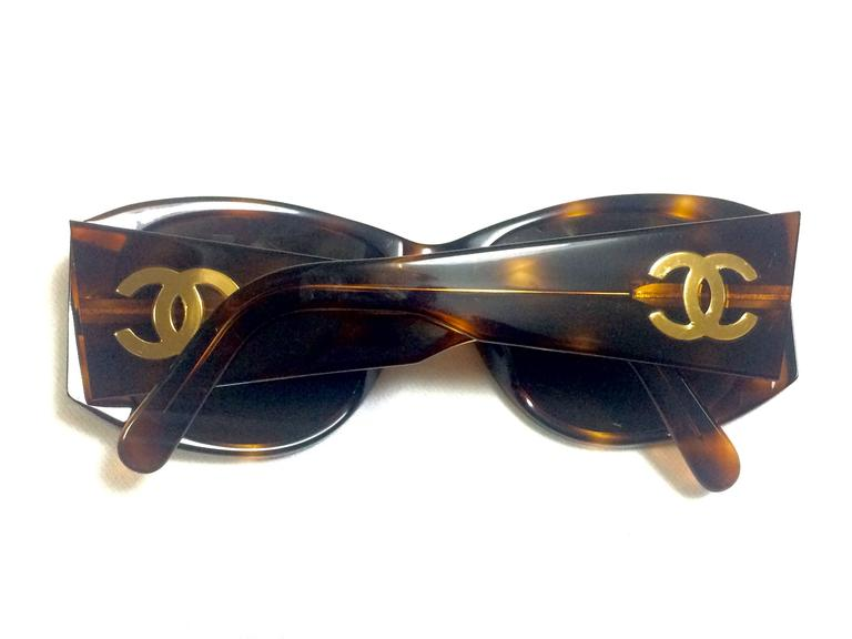 Vintage CHANEL brown frame sunglasses with large CC charms at sides. Classic. 3