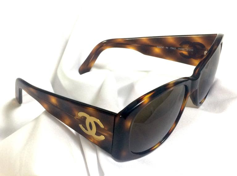 Vintage CHANEL brown frame sunglasses with large CC charms at sides. Classic. 4