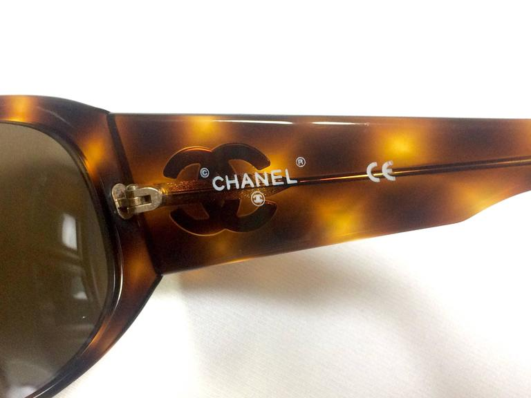 Vintage CHANEL brown frame sunglasses with large CC charms at sides. Classic. 5
