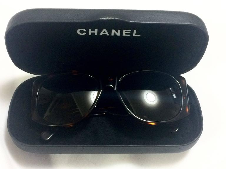 Vintage CHANEL brown frame sunglasses with large CC charms at sides. Classic. 7