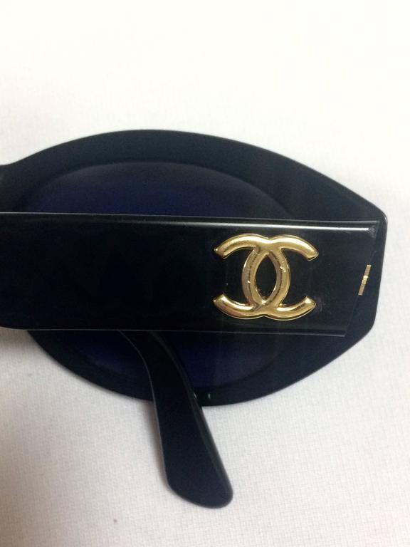 Black Vintage CHANEL black oval frame sunglasses with golden CC motifs at sides. Mod For Sale