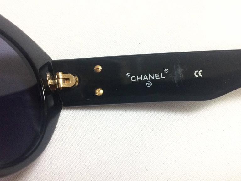 Women's Vintage CHANEL black oval frame sunglasses with golden CC motifs at sides. Mod For Sale