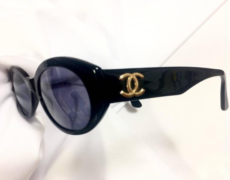 Vintage CHANEL black oval frame sunglasses with golden CC motifs at sides. Mod For Sale 3