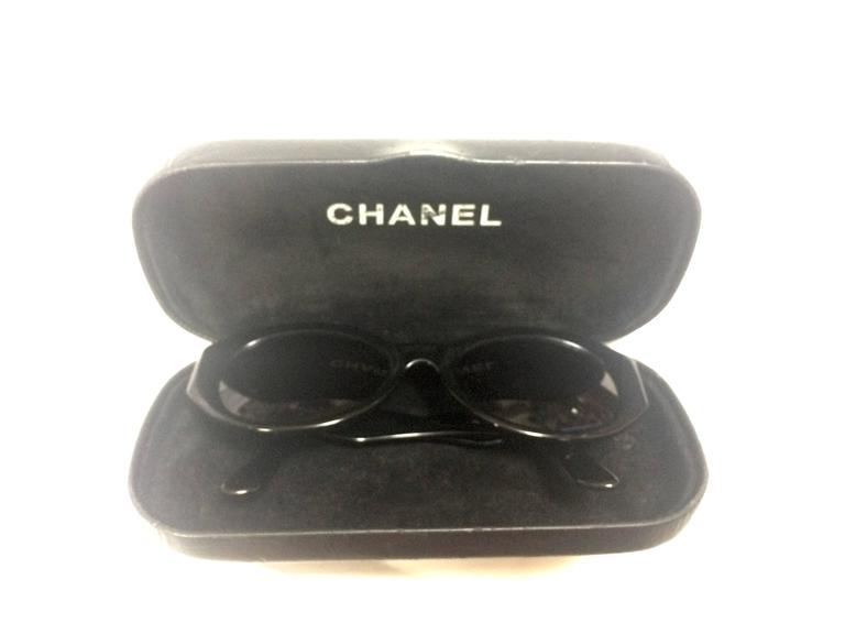 Vintage CHANEL black oval frame sunglasses with golden CC motifs at sides. Mod For Sale 4