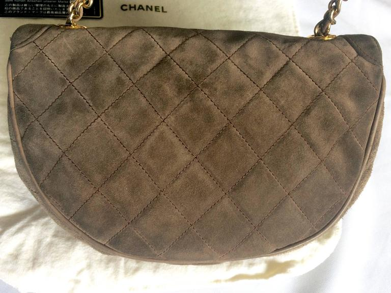 Vintage CHANEL brown suede chain shoulder bag with gripoix stones and cc mark. 3