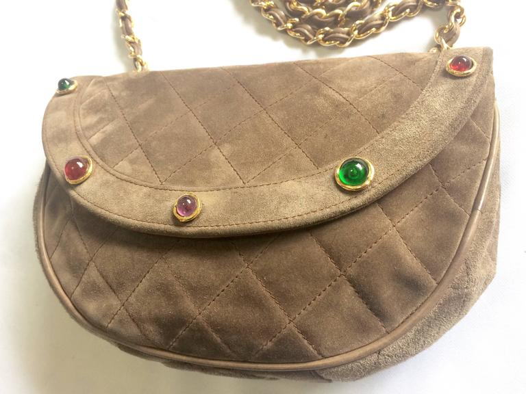 Vintage CHANEL brown suede chain shoulder bag with gripoix stones and cc mark. 4