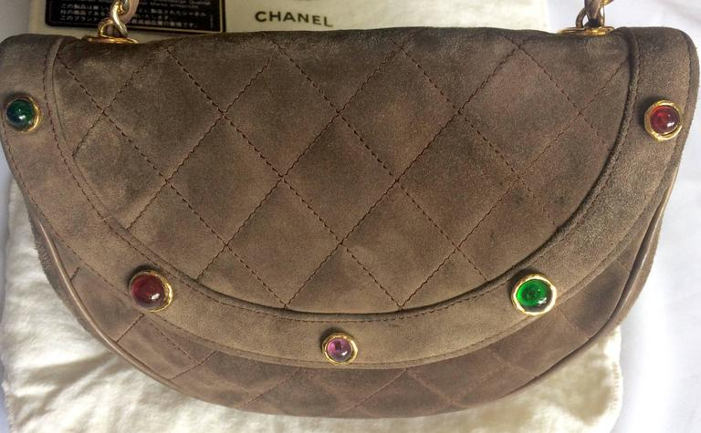 Vintage CHANEL brown suede chain shoulder bag with gripoix stones and cc mark. 5