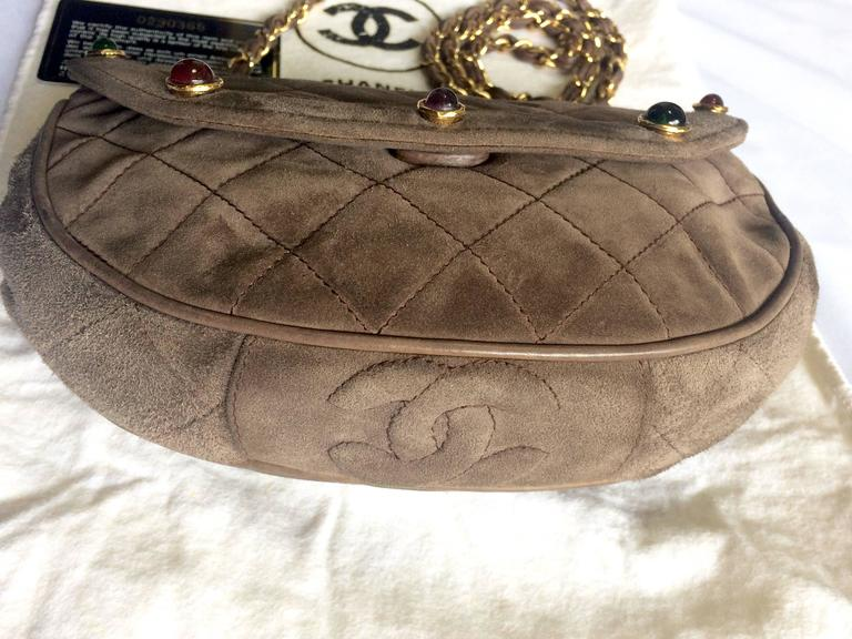 Vintage CHANEL brown suede chain shoulder bag with gripoix stones and cc mark. 6