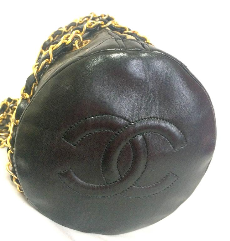 Vintage CHANEL black lamb leather golden chain shoulder bag in round drum shape. 2