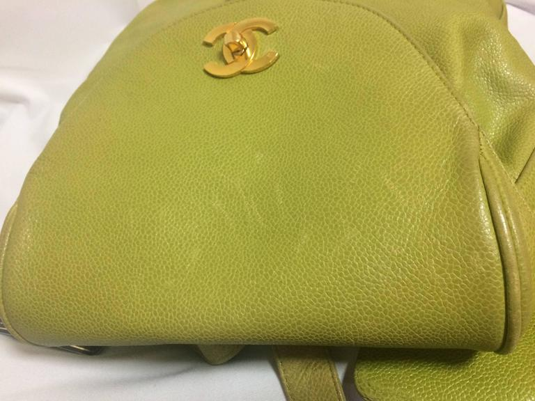 Vintage CHANEL green caviar leather backpack with gold chain strap and CC motif. In Good Condition For Sale In Kashiwa, Chiba