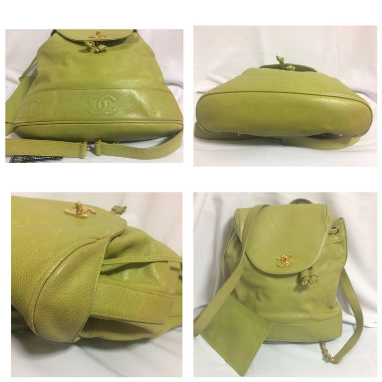 Vintage CHANEL green caviar leather backpack with gold chain strap and CC motif. For Sale 5