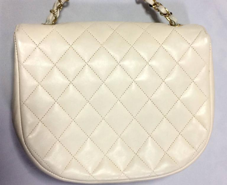 Beige Vintage CHANEL ivory white lambskin 2.55 chain shoulder bag with gold CC motif. For Sale
