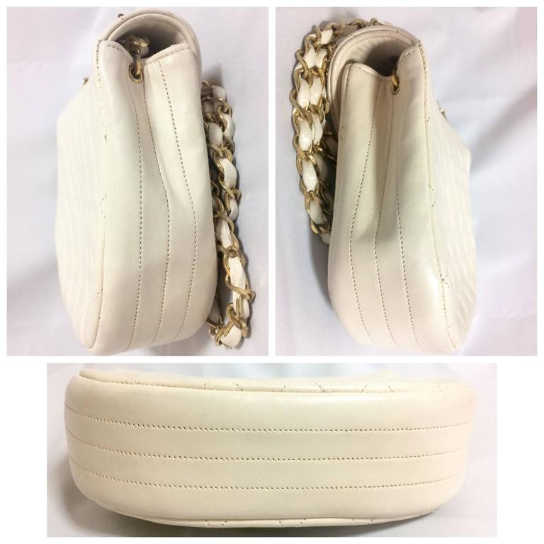Vintage CHANEL ivory white lambskin 2.55 chain shoulder bag with gold CC motif. In Good Condition For Sale In Kashiwa, Chiba