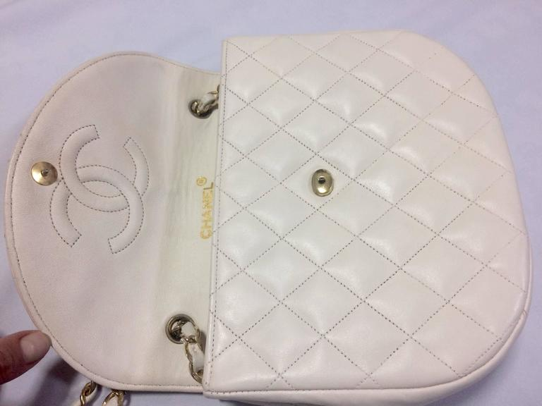 Women's Vintage CHANEL ivory white lambskin 2.55 chain shoulder bag with gold CC motif. For Sale