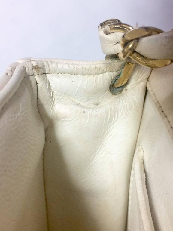 Vintage CHANEL ivory white lambskin 2.55 chain shoulder bag with gold CC motif. For Sale 3