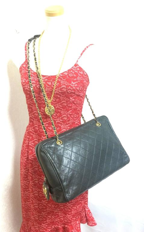 Vintage CHANEL black goatskin shoulder bag with gold tone chains and cc charm. 10