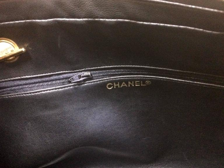 Vintage CHANEL black goatskin shoulder bag with gold tone chains and cc charm. 8