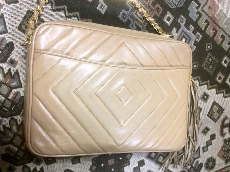 Vintage Chanel beige lamb camera bag style shoulder bag, Chevron, diamond stitch In Good Condition For Sale In Kashiwa, Chiba