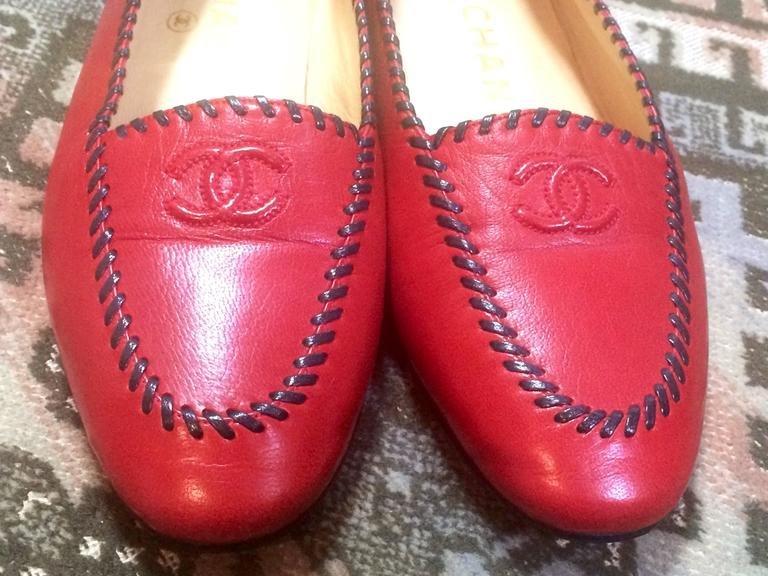Red Vintage CHANEL lipstick red calfskin leather flat pump shoes with black stitches For Sale