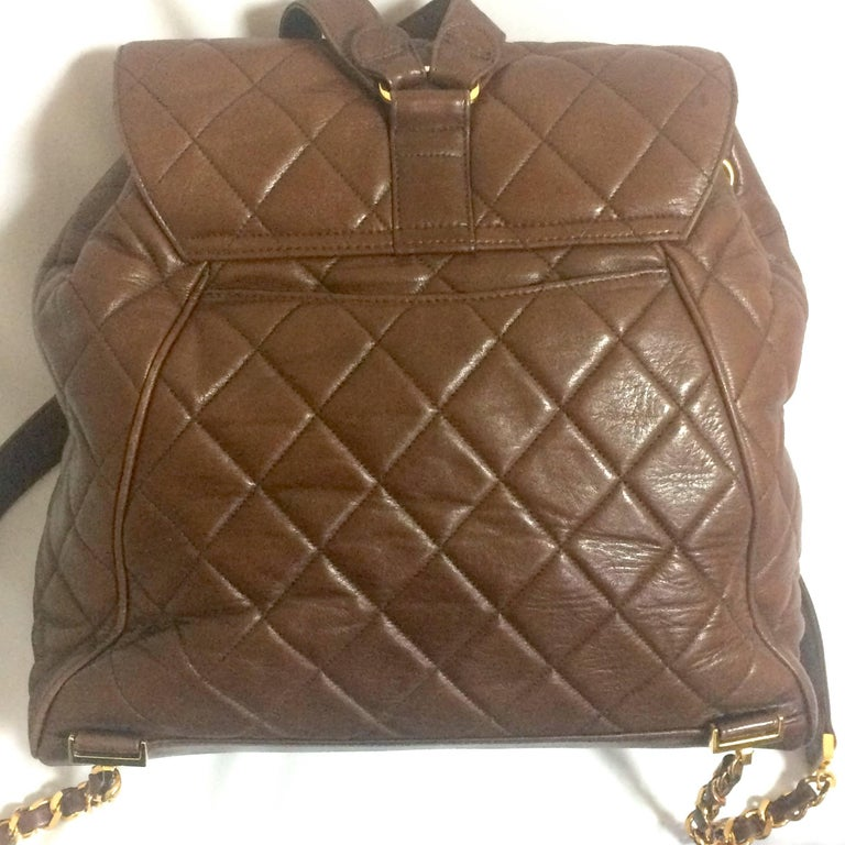 Vintage CHANEL quilted brown lamb leather backpack with gold chain and large CC. 4