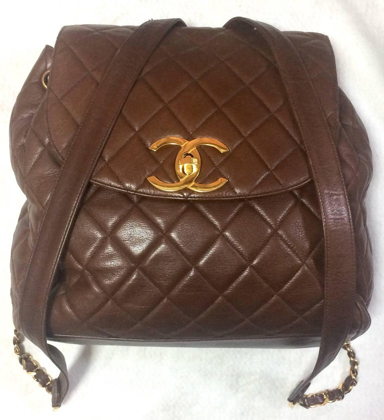 Vintage CHANEL quilted brown lamb leather backpack with gold chain and large CC. 2