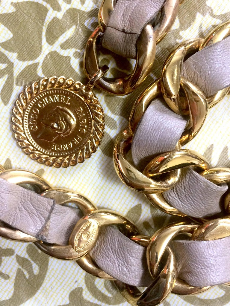 Vintage CHANEL beige leather thick chain belt with golden CC and mademoiselle. For Sale 3