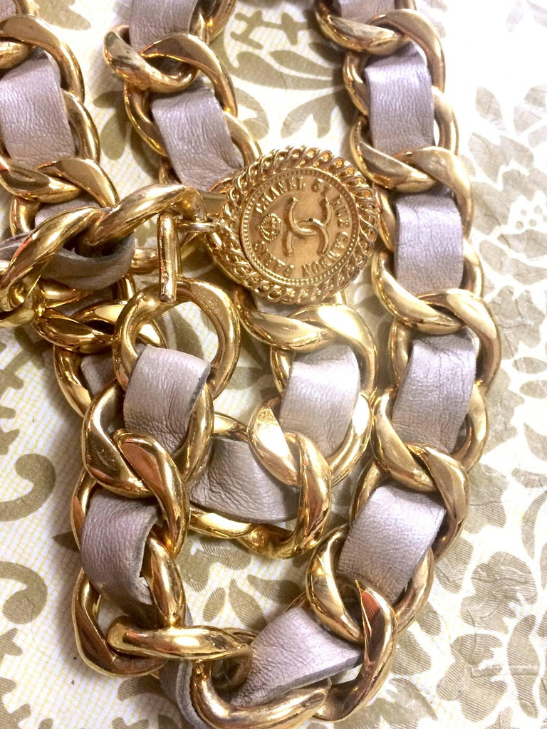 Vintage CHANEL beige leather thick chain belt with golden CC and mademoiselle. In Good Condition For Sale In Kashiwa, Chiba