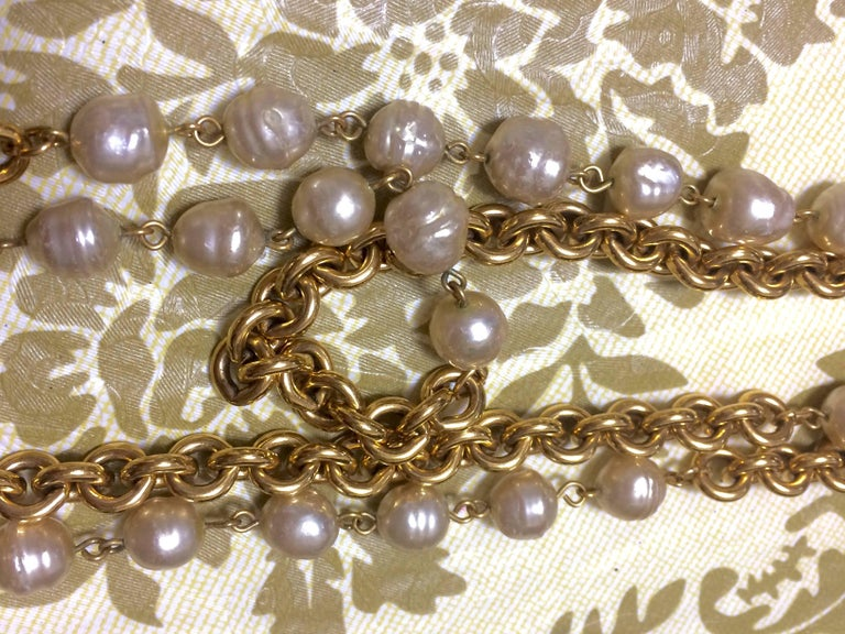 Vintage CHANEL double layer long chain necklace with baroque faux pearls. For Sale 3