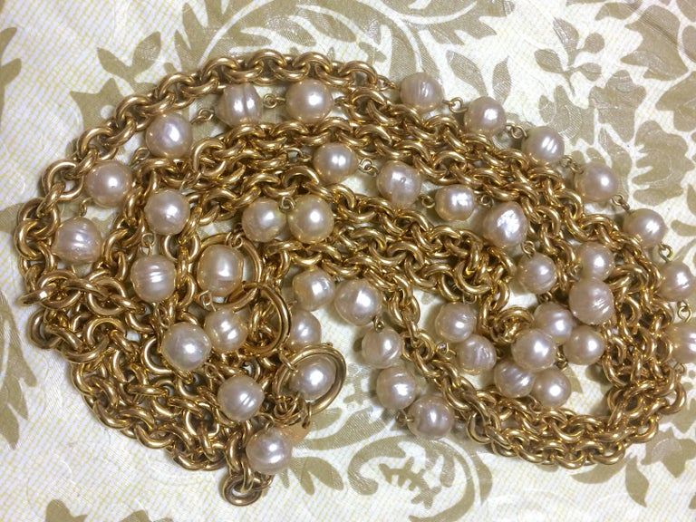 Vintage CHANEL double layer long chain necklace with baroque faux pearls. For Sale 4