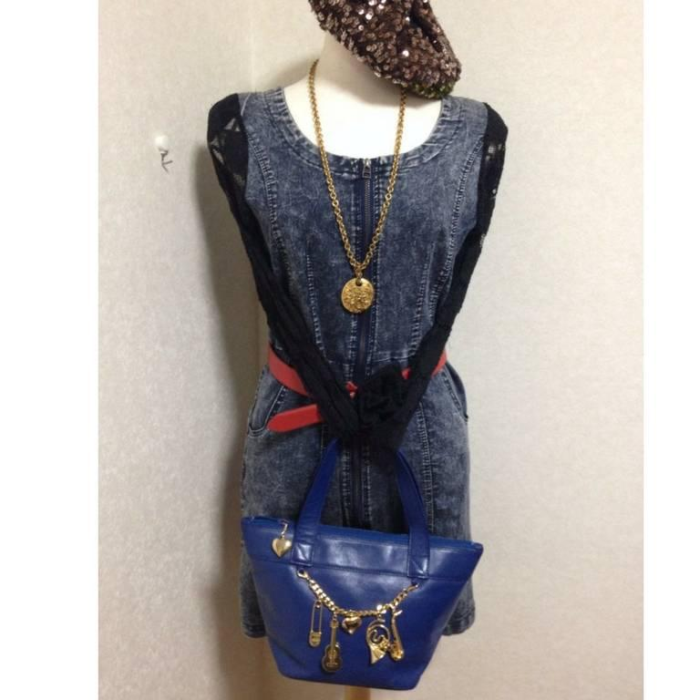 Vintage Moschino navy blue leather classic tote bag with golden dangling charm. In Good Condition For Sale In Kashiwa, JP
