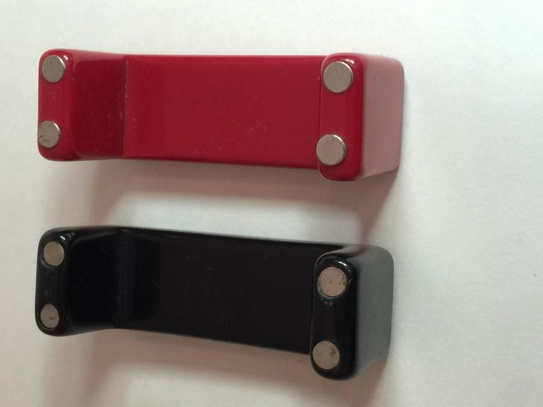 1990s Red Black Resin SQUARE Magnetic Closure Bangle Bracelet In Excellent Condition For Sale In Palm Springs, CA