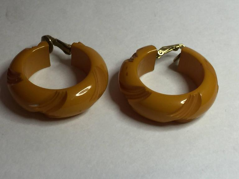 1930s Bakelite Butterscotch Carved Hoop Clip on Earrings For Sale 1