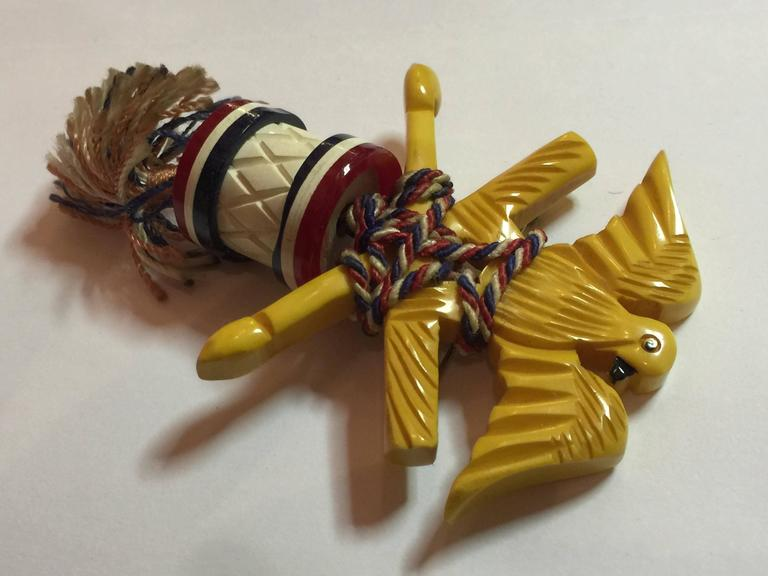 RARE 1930s Bakelite Patriotic Eagle with Drum and Batons Brooch/Pin In Excellent Condition For Sale In Palm Springs, CA