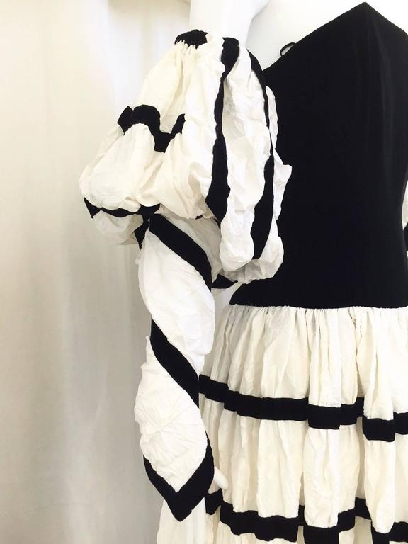 Women's  Vintage Chanel off white crushed silk strapless gown with detachable sleeve For Sale