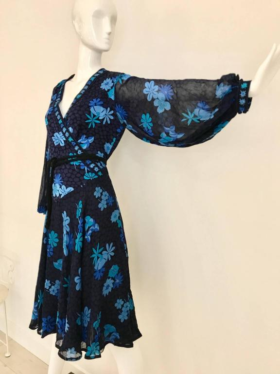 Women's 1970s Bessi black and blue floral print silk jersey dress For Sale