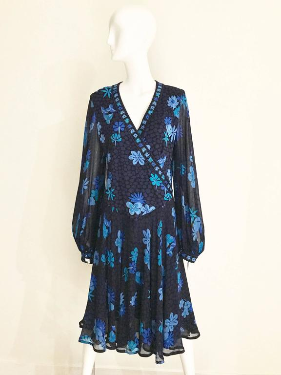 1970s Bessi black and blue floral print silk jersey dress In Excellent Condition For Sale In Beverly Hills, CA