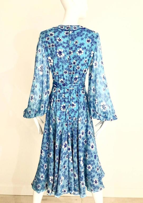 1970s Light silk jersey Bessi blue and white floral  print summer dress In Excellent Condition For Sale In Beverly Hills, CA