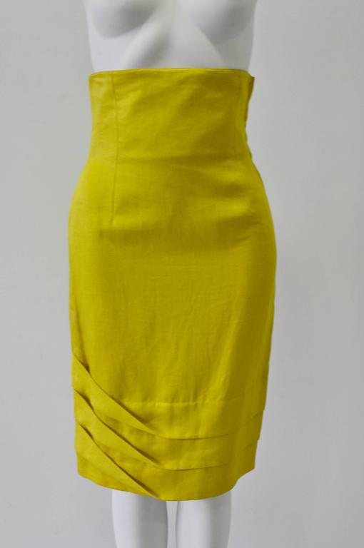 Exceptional Gianni Versace Haute Yellow High Waisted 100% Linen Skirt featuring Original One-Sided 3 Tier Pleat Detail Hem