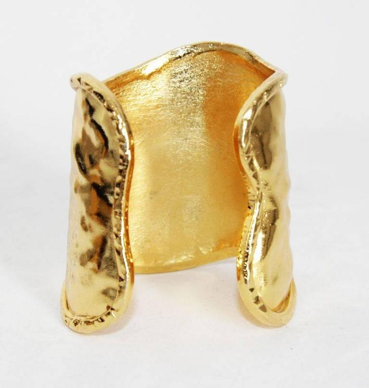 French couture hammered cuff 80s In Excellent Condition For Sale In Verviers, BE