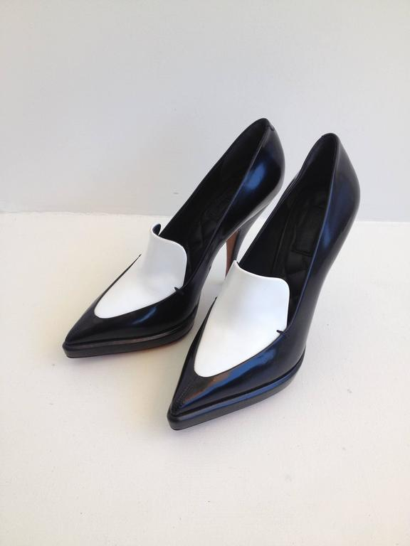 Celine Black and White Pumps Size 37.5 (7) In New Condition For Sale In San Francisco, CA