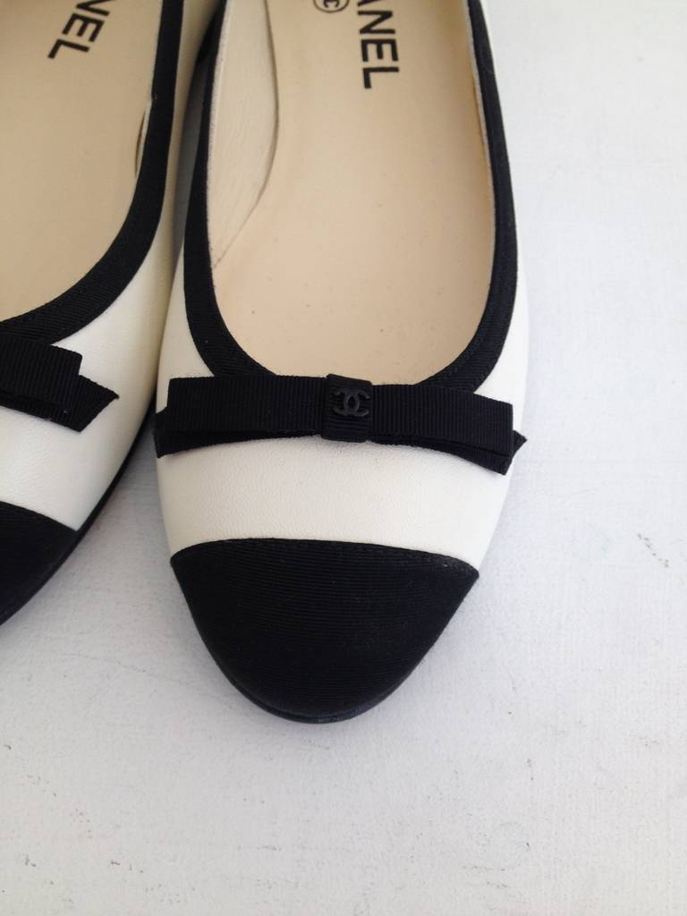 Chanel Black and White Leather Ballet Flats In New Never_worn Condition For Sale In San Francisco, CA