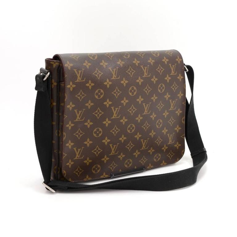 Louis Vuitton District MM messenger bag in monogram macassar canvas. Outside, it has 1 larger zipper pocket in the back. Top secured with flap. Underbeneath it, it has 1 exterior open pocket. Inside has 1 larger, 4 small open pockets and 2 pen