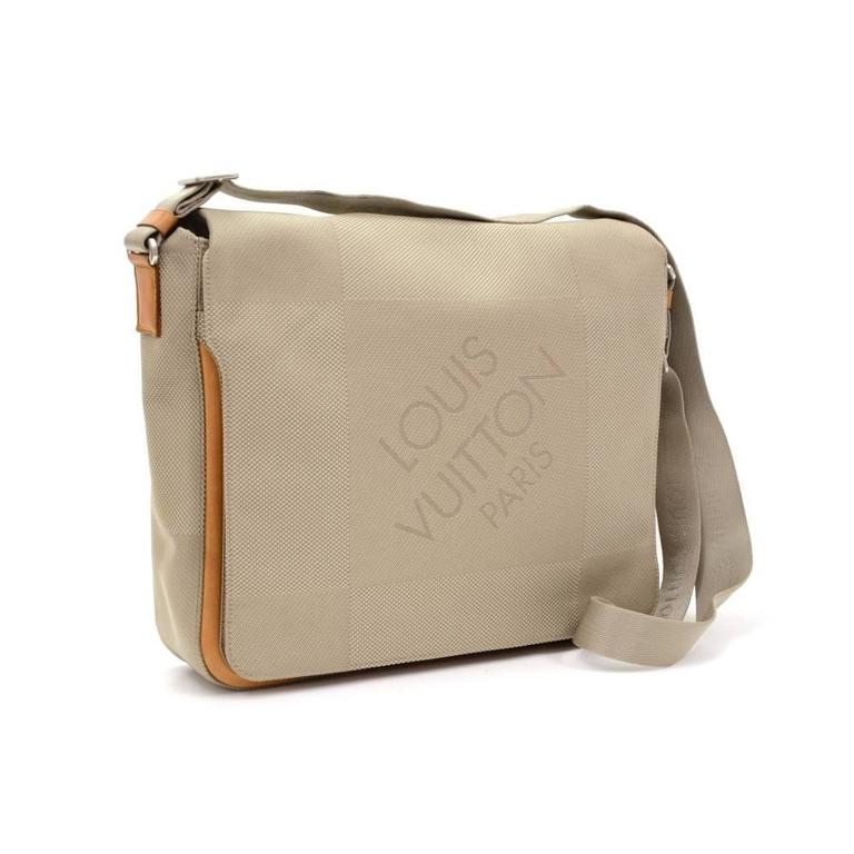 Louis Vuitton Messager laptop bag in Damier Geant canvas. Outside has 1 zipper pocket on the back. Top access is secured with flap and 2 magnetic closure. Underbeneath the flap, it has 1 exterior open pocket. Perfect for your work or daily