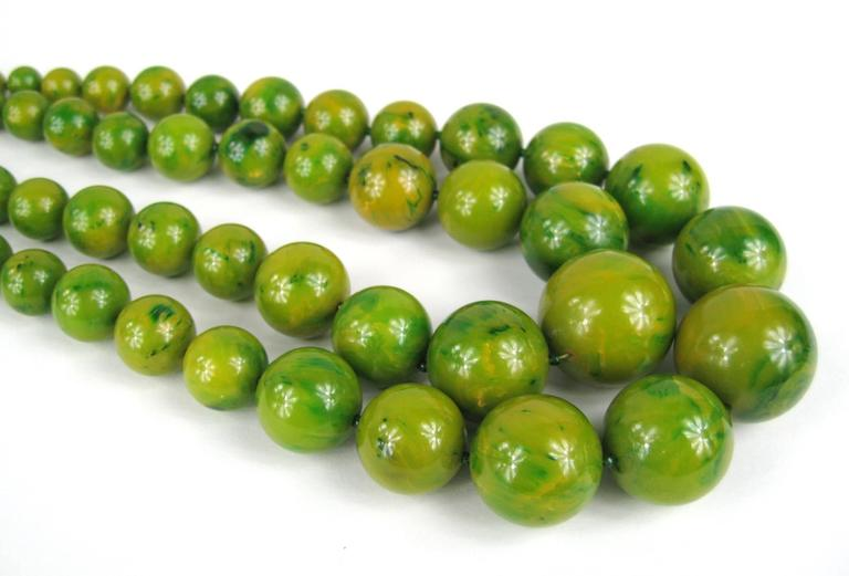 Vintage Original 1930s Green Marbleized Bakelite Double Strand Necklace  In Excellent Condition For Sale In Wallkill, NY