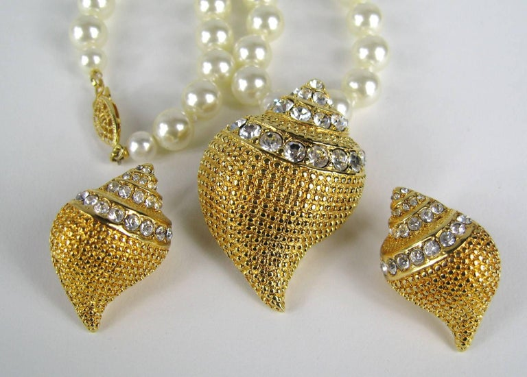 KJL Kenneth Jay Lane Crystal Seashell Brooch Necklace & Earrings  In Excellent Condition For Sale In Wallkill, NY