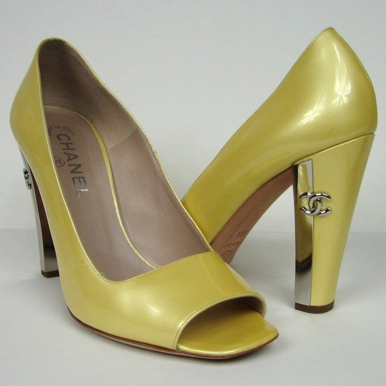 Chanel Patent Leather Open Toe Shoe with CC logo In Good Condition For Sale In Wallkill, NY