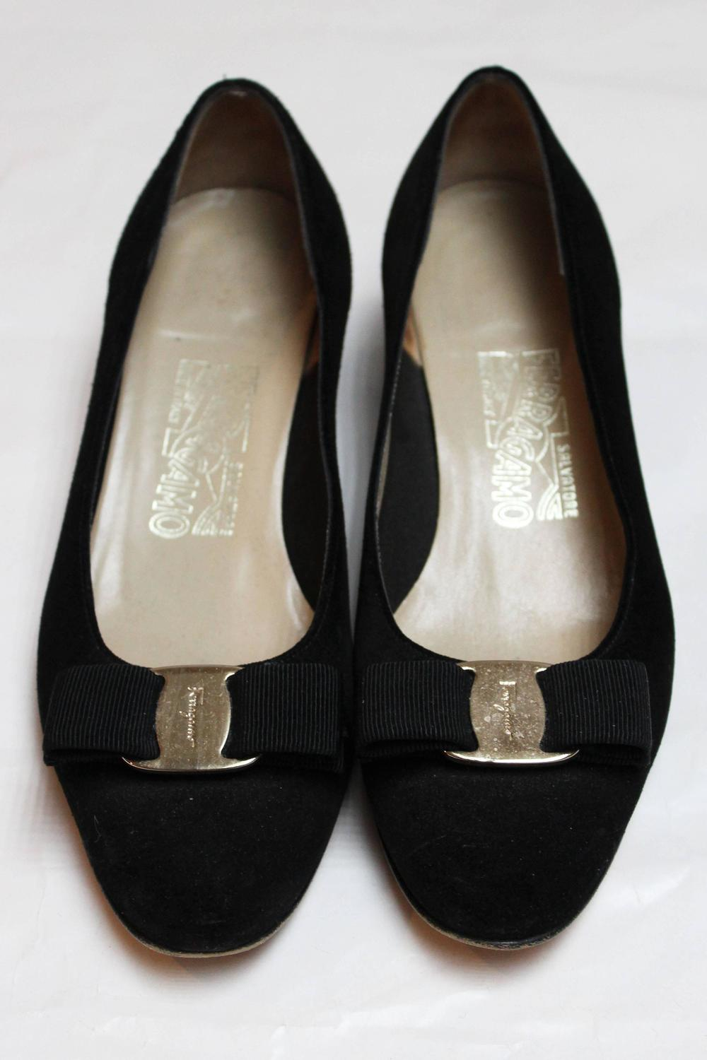 salvatore ferragamo black suede pumps for sale at 1stdibs. Black Bedroom Furniture Sets. Home Design Ideas