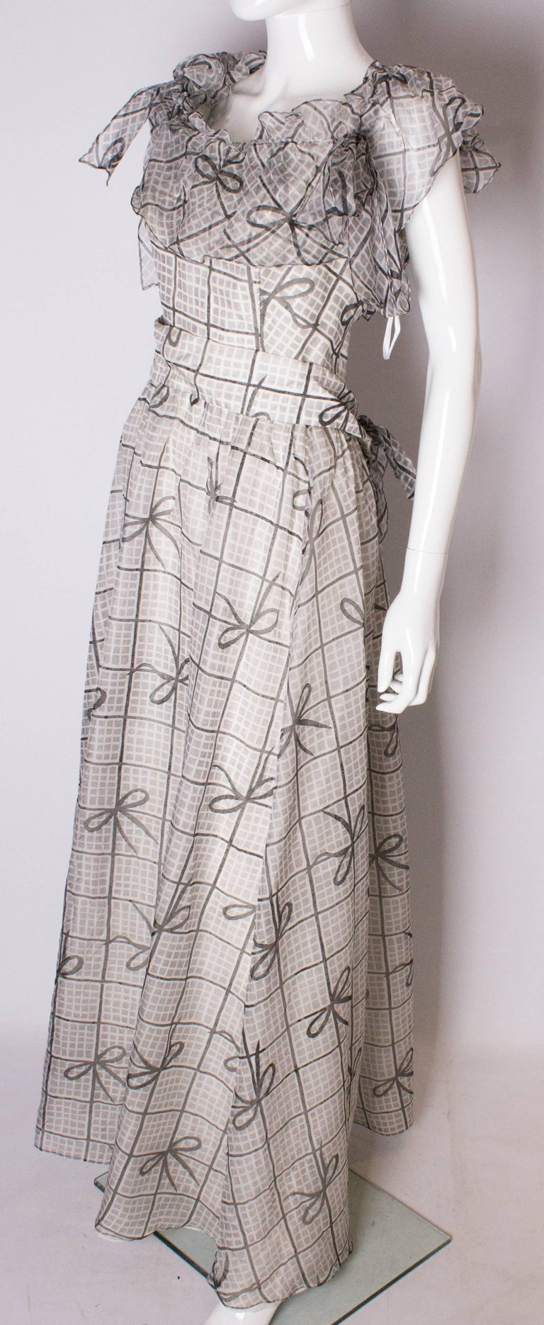 A Vintage 1970s grey printed silk evening gown by Gina Fratini In Good Condition For Sale In London, GB