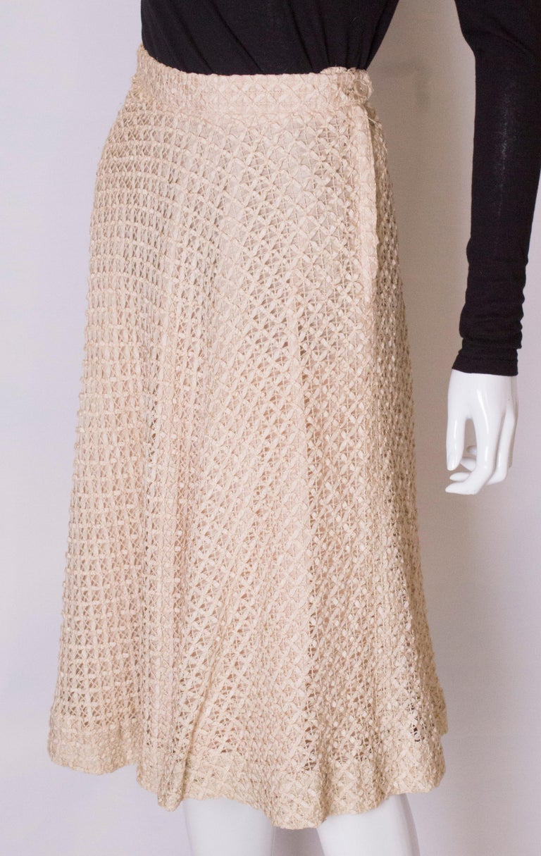 A vintage 1950s cream ribbon woven swing skirt  In Good Condition For Sale In London, GB